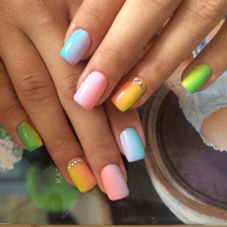 В качестве декора использованы мелкие блестящие стразы вдоль кутикулы безымянного пальчика. С такими ногтями Вам не будет равных на любом курорте!