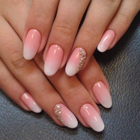 Розово-персиковый оттенок лака плавно переходящий в молочно-белый край ногтя обратит на себя внимание всех окружающих.