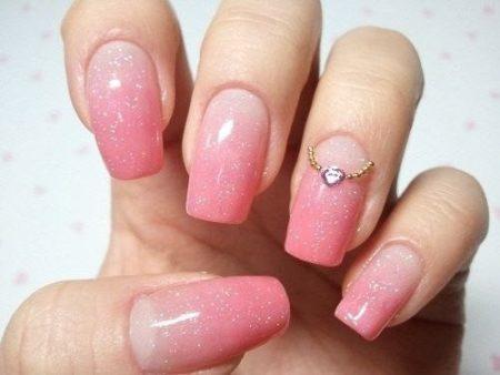 Сочетание мягкого перехода тона по всей ногтевой пластине с наличием мелких, почти незаметных блесток и оригинального украшение на одном из ногтей создает интересную комбинацию.