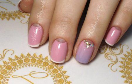 Сочетание французского и лунного маникюров в классической бело-розовой гамме, выполненных цветными гелями, выглядит стильно и аккуратно.