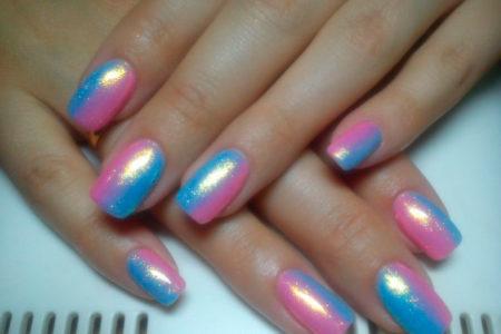 Сочетание голубого и розового, блестящего и перламутрового создает совершенно особенный неповторимый эффект.