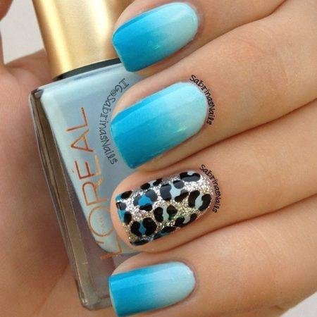 На безымянном пальце выполнен модный анималистический принт, имитирующий шкуру диковинного зверя – голубого леопарда. Использование блесток добавляет ощущение праздника.