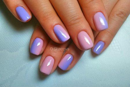Замечательная комбинация оттенков, гармонично украшающая женские руки. Благодаря мягким цветам дизайн получается нежным, романтичным и очень женственным.