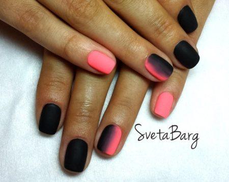 Модный черный матовый цвет идеально сочетается с пастельно-розовым и подчеркивает красоту пальцев и рук. Этот маникюр выполнен в необычной технике «градиентного» перехода одного цвета в другой.