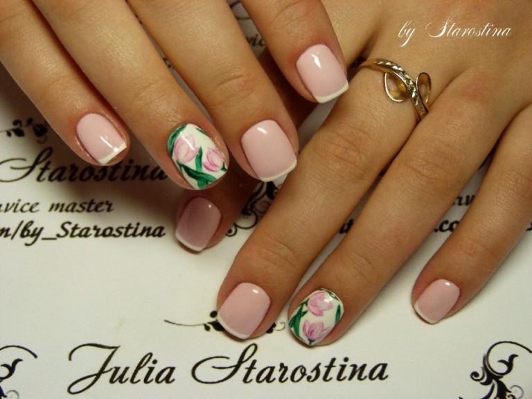 Нежный весенний маникюр для настоящей леди. Этот вариант оформления смотрится очень сдержанно и лаконично. Нет ничего лишнего, классический френч розового цвета органично дополнен цветущими тюльпанами.