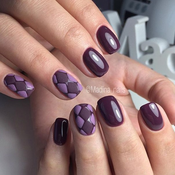 В качестве базового покрытия выбран красивый темно-фиолетовый гель-лак. На двух пальчиках по покрытию наносится кисточкой, в виде ромбиков, рисунок. Сверху на него засыпается акриловая пудра, остатки которой пудры легко убрать специальной щеточкой. Идеальный нарядный маникюр для любого события.