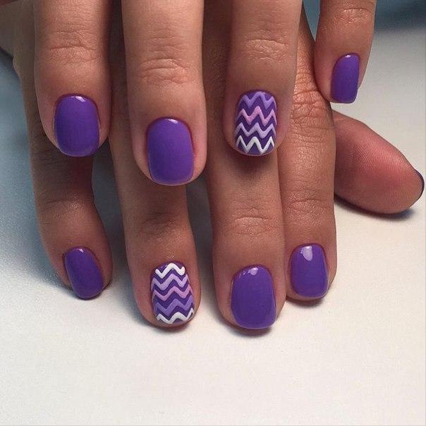 Маникюр с узором хорошо подходит для коротеньких ногтей овальной формы.
