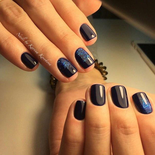 Очень эффектный дизайн, выполненный черным шеллаком и темно-синим глиттером, сделает любую принцессу королевой вечеринки или новогодней ночи. Потрясающий глянцевый маникюр смотрится очень выразительно на коротких ногтях