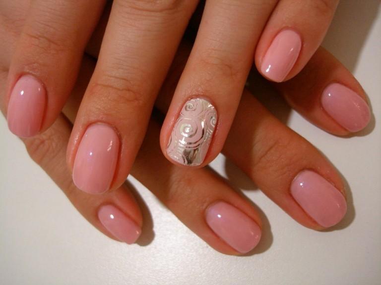 Нежный розовый маникюр – всегда выигрышный вариант, который подойдет к гардеробу любого цвета и фасона и на любой случай жизни. Этот цвет как нельзя лучше подчеркивает женственность, хрупкость и изящность каждой дамы, недаром именно розовый ассоциируется с представительницами прекрасного пола.