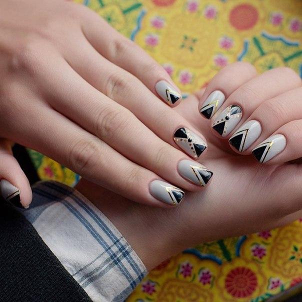 Сдержанные тона основного цвета в сочетании с черным и золотом — практически классический вариант, подходящий для коротких ногтей и ногтей средней длины.