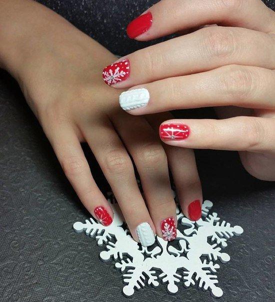 Снежинку можно украсить камушком. На безымянном пальце делаем акцент с помощью сыпучей пудры белого цвета.