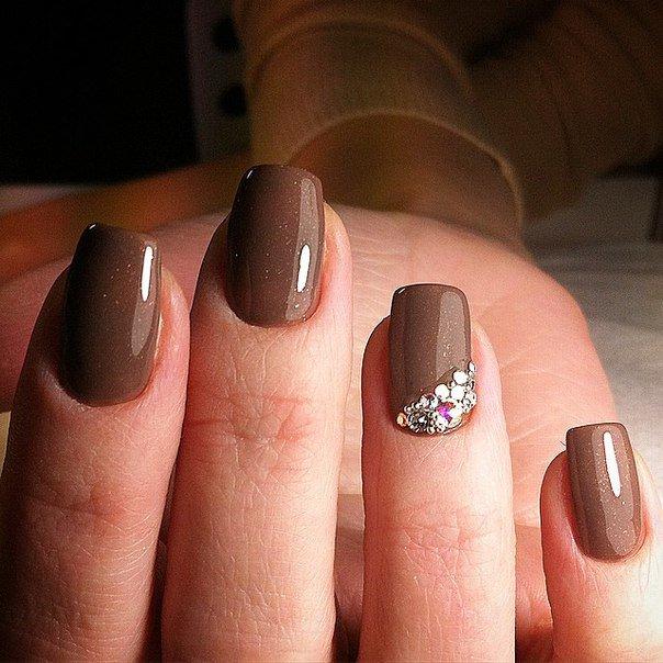 Отлично смотрится на ногтях любой длины. Шикарный, сдержанный и спокойный коричневый оттенок выглядит очень нежно и изысканно. Такой маникюр очень прост в создании, так как не требует росписи.