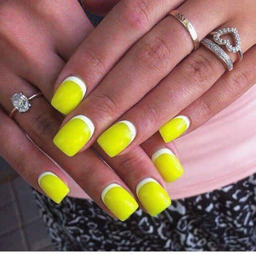 Загорелые пальцы, яркий цвет лака, обратный френч, символизирующий полную свободу от офисного дресс-кода