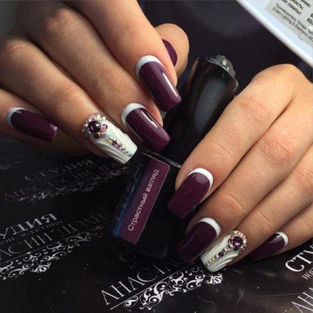 Бело-фиолетовый красивый маникюр с лепниной