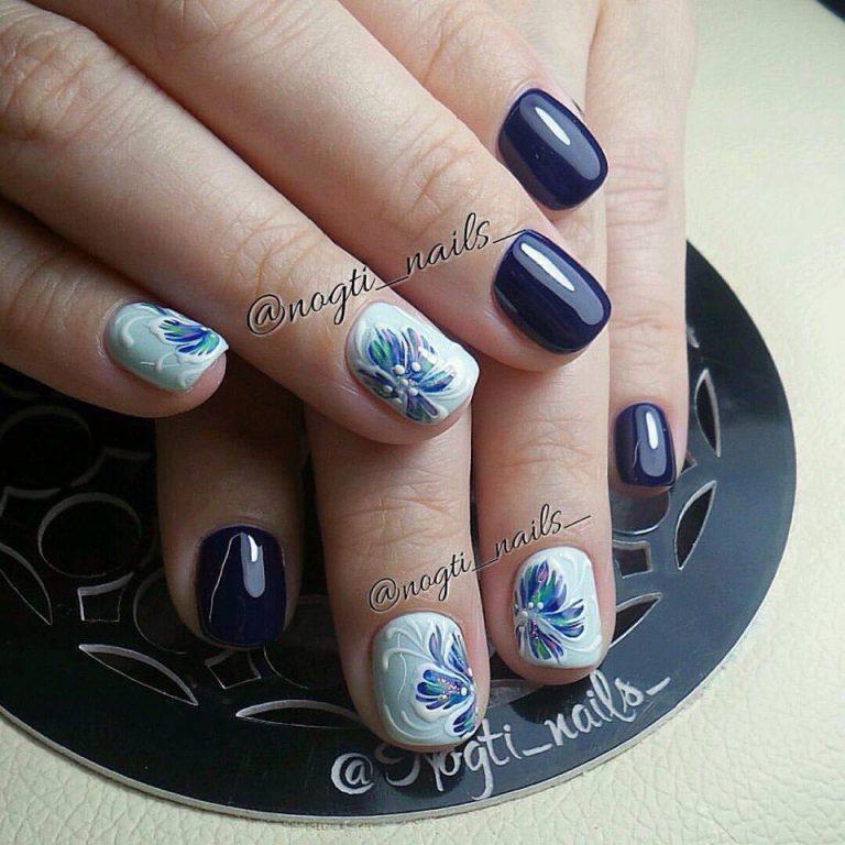 Возьмите для работы темно-синий лак и белый с голубым отливом, на котором можно рисовать. Для самой росписи можно использовать лак либо акриловый состав. Длина ногтей значения не имеет, хотя лучше, если они будут подлиннее.
