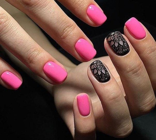 Розовое и черное – одно из самых романтических сочетаний сезона! Покройте свои ноготки розовым гель-лаком, а на отдельно выбранные ногти нанесите специальную узорчатую пленку. Больше ничего и не требуется – ведь такой маникюр достаточно красив сам по себе и не нуждается в дополнительном декоре.