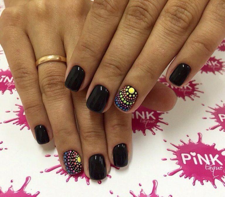 Темные оттенки эффектно разбавляют яркие точки, изображенные полукругом на безымянном пальце. Такая деталь дизайна делает маникюр выразительным и привлекательным.