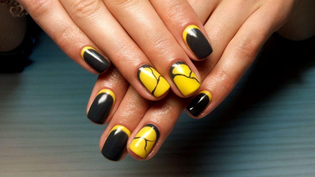 Сочетание чёрного и жёлтого — это яркий выбор, который гарантированно привлекает внимание. Благодаря авангардному дизайну, ногти выглядят очень смело.