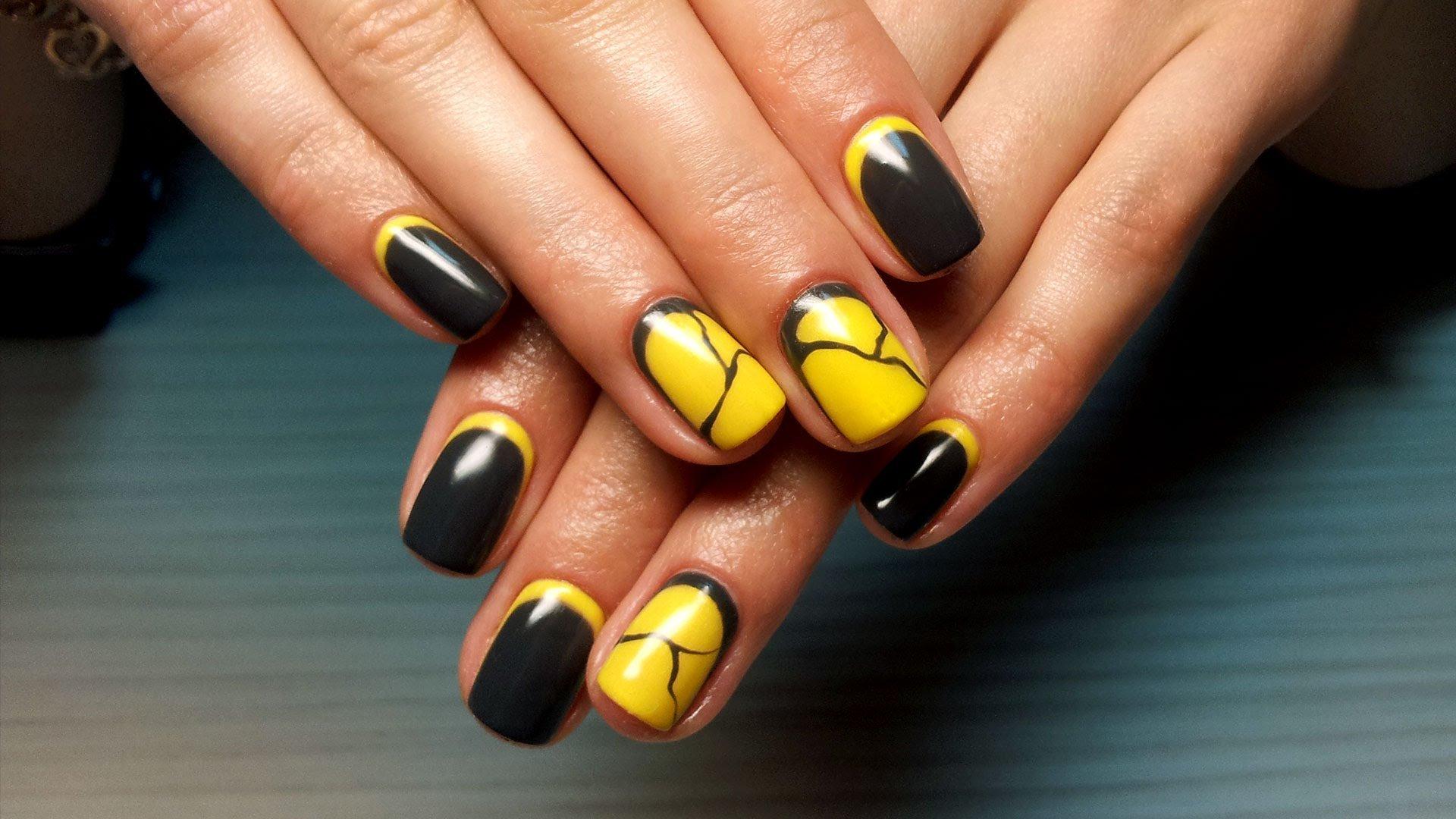 Дизайн ногтей желтый с чёрным