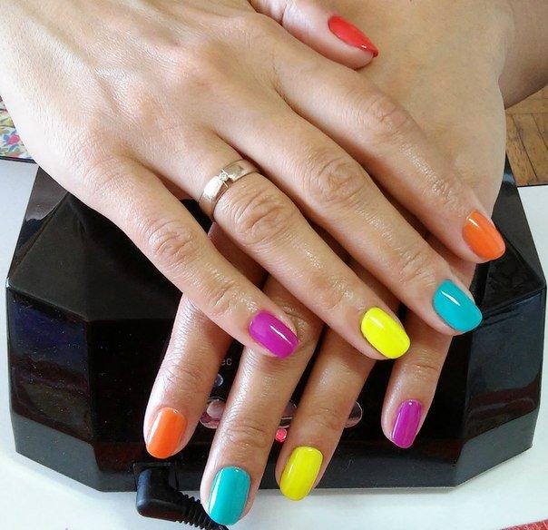 Насыщенные цвета и необычные сочетания будут отлично смотреться на ногтях любой длины и формы. Дополните этот образ джинсами и молодёжными топами или любой другой яркой одеждой.