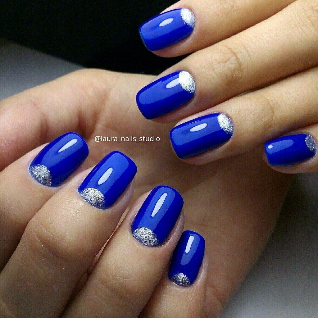Синий с серебром – идеальная пара, а идея лунного маникюра напрашивается уже сама собой.
