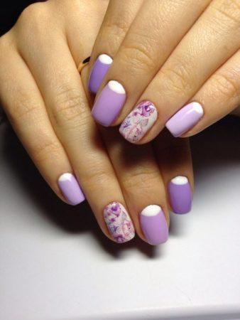 На ногтях с белым лаком идеально расположились пастельные цветочные узоры, привнося в общий образ нотки изящества и роскоши.
