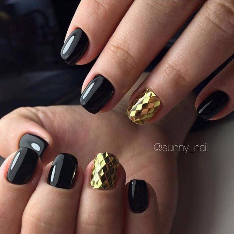 Комбинирование золота с черным цветом – удивительное по стилю сочетание. Вы можете сами в этом убедиться, взглянув на фотографию. Несмотря на то, что использование черного лака подразумевает наличие ногтей красивой формы, совсем не обязательно делать маникюр на длинные ноготки.