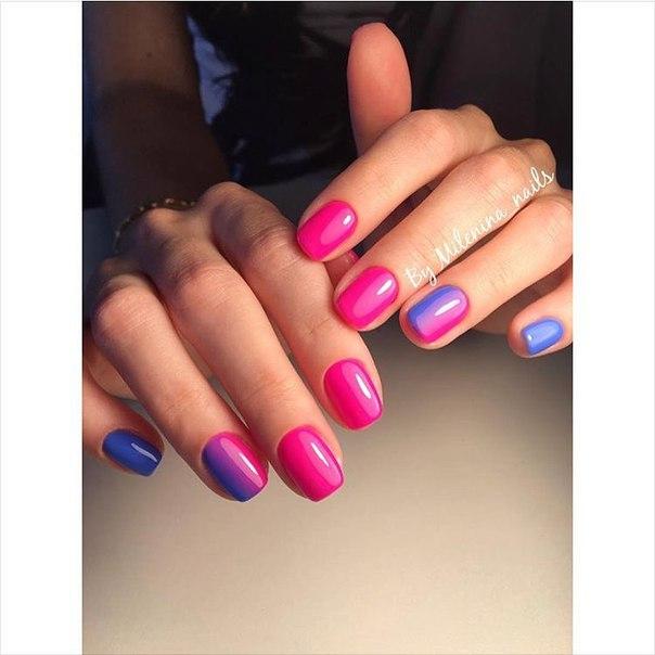 Для создания маникюра в этом случае были выбраны ярко-розовый и голубой лаки. Непосредственно градиент нанесен лишь на один ноготь каждой руки – на безымянном пальце. Именно он и служит границей, на которой оттенки сливаются воедино. Не забудьте придать ноготкам блеск, используя финишное покрытие.