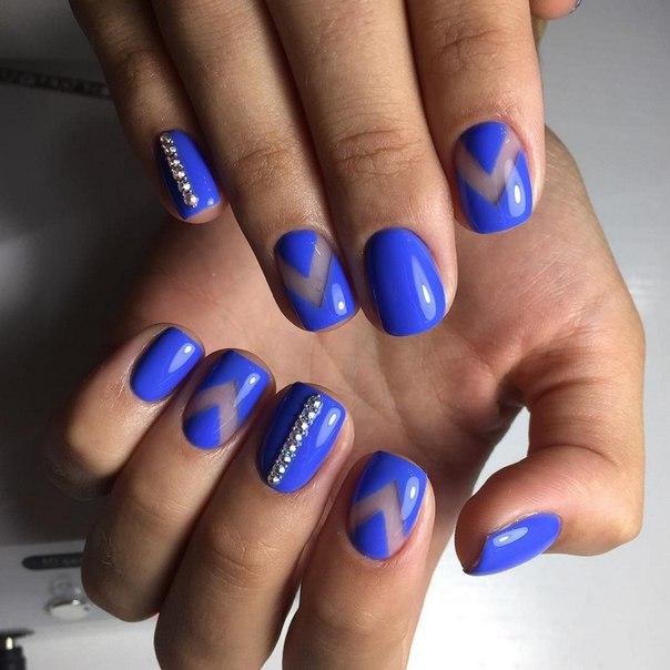 Насыщенный синий цвет лака позволит вам привлечь внимание к своему маникюру. А если вы проявите фантазию и наряду с классическим покрытием примените еще и ромбические узоры, маникюр станет оригинальным.
