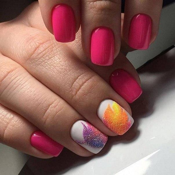 На ногтях средней длины вполне реально сделать красивый яркий маникюр. Возьмите для этого сочный розовый цвет лака, а в качестве дополнительного – белый. Поле того как покрытие полностью высохнет, воспользуйтесь разноцветной акриловой пудрой, чтобы изобразить на отдельных ноготках рельефный рисунок.