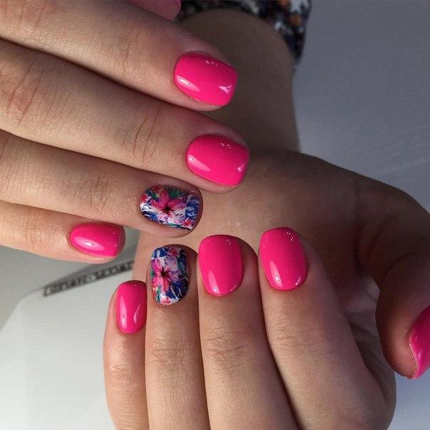 Возьмите ярко-розовый лак, который будет символизировать ваше весеннее настроение. А для того чтобы разнообразить маникюр и сделать его современным, используйте наклейки с пестрым цветочным принтом.
