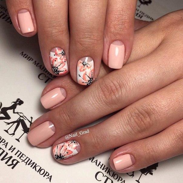 Красивый весенний маникюр, каким представил его мастер, смотрится очень элегантно. Создан он в нежных пастельных оттенках. Для этого были выбраны телесный и розовый лаки.