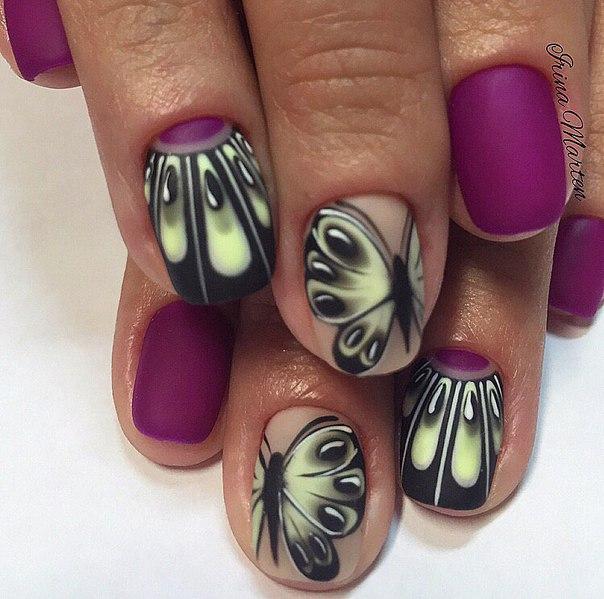 Узор наносится на ногти, покрытые телесным лаком. Для контраста можно взять лак цвета фуксии. Если хотите усложнить задачу, тогда проработайте лаком лунки на отдельных ногтях.