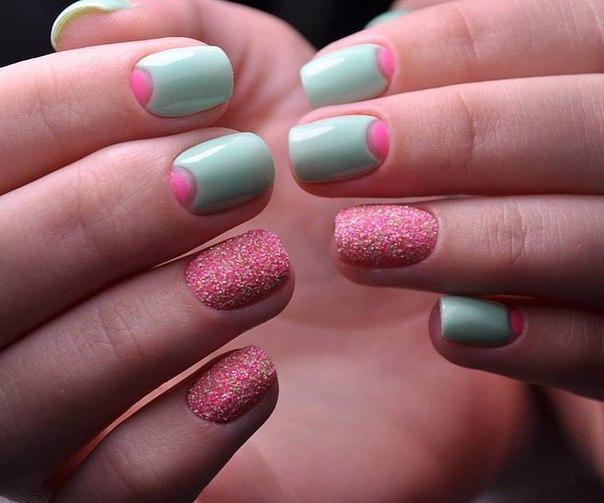 Такой маникюр, выполненный в нежной цветовой гамме, понравится романтичным девушкам. Средняя длина ногтей для его создания выглядит оптимальной. Вам понадобятся бледно-зеленый и розовый лаки, а также акриловая пудра. Ногти красиво подстригаются и подпиливаются, лунки рисуются лаком розовым. Основной тон – зеленый, но отдельные ногти можно покрыть и розовым лаком с последующим нанесением пудры.
