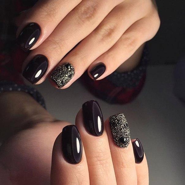 Черный лак всегда придает ногтям завершенность, а самому маникюру – стиль. В данном случае мастер поработал с удлиненными ногтями, подстриженными квадратом.