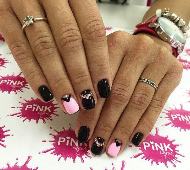 Придайте им полуквадратную форму, а в качестве базового выберите черный лак. На ногти безымянных пальцев наносится бледно-розовый оттенок, лунку обработайте отдельно, изобразив черный треугольник. Чтобы эффект закрепить, на средних ногтях наклейте стразы.