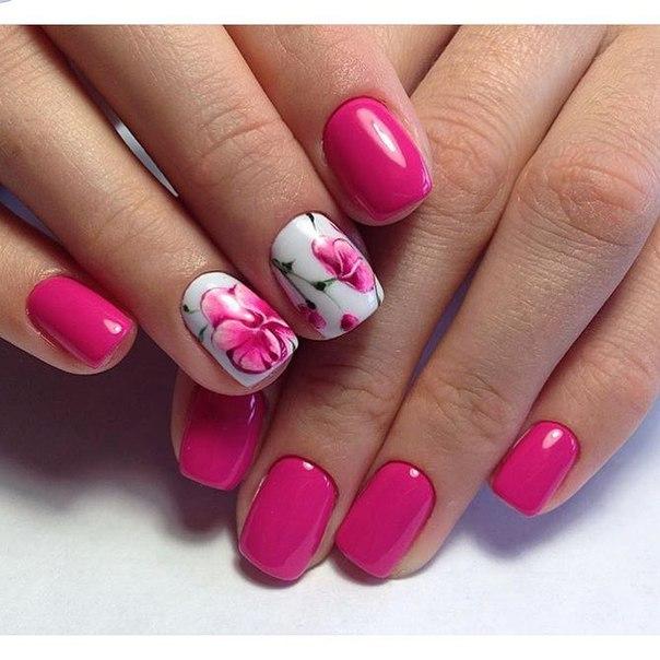Возьмите лак темно-розового цвета, он будет базовым. В дополнение стоит использовать белый матовый лак и наклейки в цветочных рисунках. Придайте ногтям полуквадратную форму, длина их особого значения не имеет.