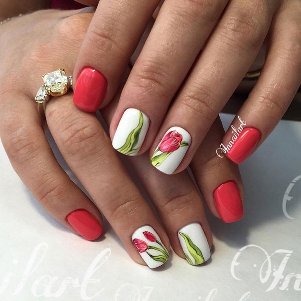 Такой маникюр можно делать даже на коротких ногтях. Индивидуальность ему придадут рисунки на отдельных ногтях, использующие цветочную тематику. Рисунок (или наклейки) сочных тюльпанов с зелеными листьями делают маникюр предельно эффектным.