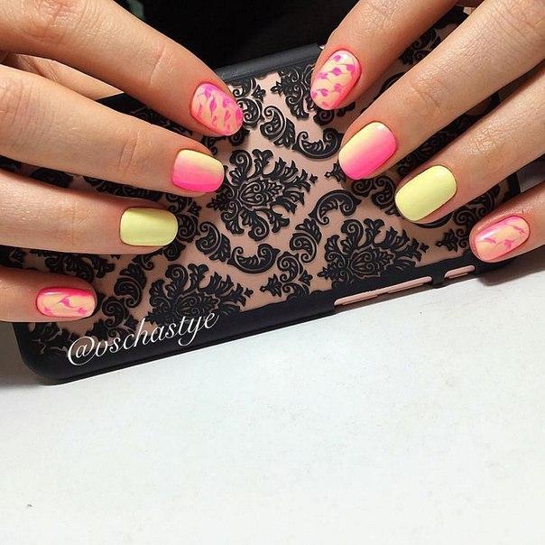 Градиентный маникюр будет смотреться еще эффектнее, если помимо розового и желтого лаков использовать технику рисования на ногтях указательного пальца и мизинца. Ноготки на безымянных пальцах окрашены в безукоризненный желтый цвет.