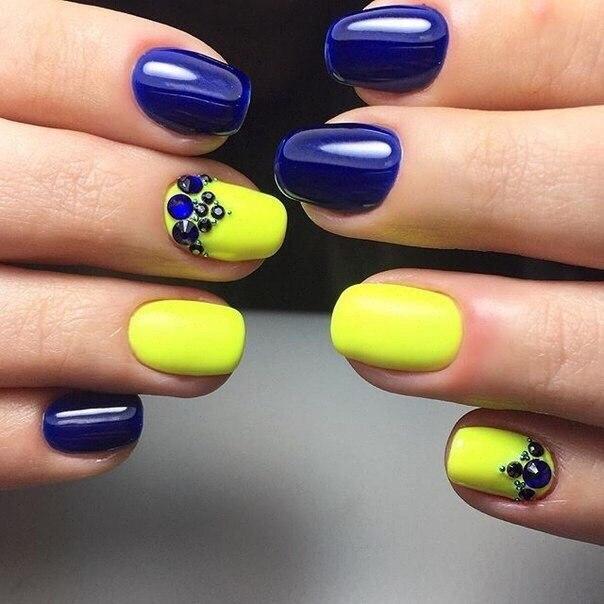 Для веселой летней вечеринки этот маникюр подойдет больше всего. Возьмите лимонно-желтый и насыщенный синий гель-лаки. Ногти покрываются ими в произвольном порядке, вся концепция маникюра строится на резком контрасте цветов.