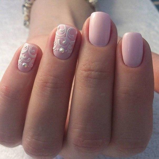 Пастельные оттенки всегда придают общему образу некоторую мягкость. И предлагаемый вам вариант нейл-арта выглядит очень романтично, благодаря использованию нежно-розового матового лака и техники акриловой лепки белого оттенка.