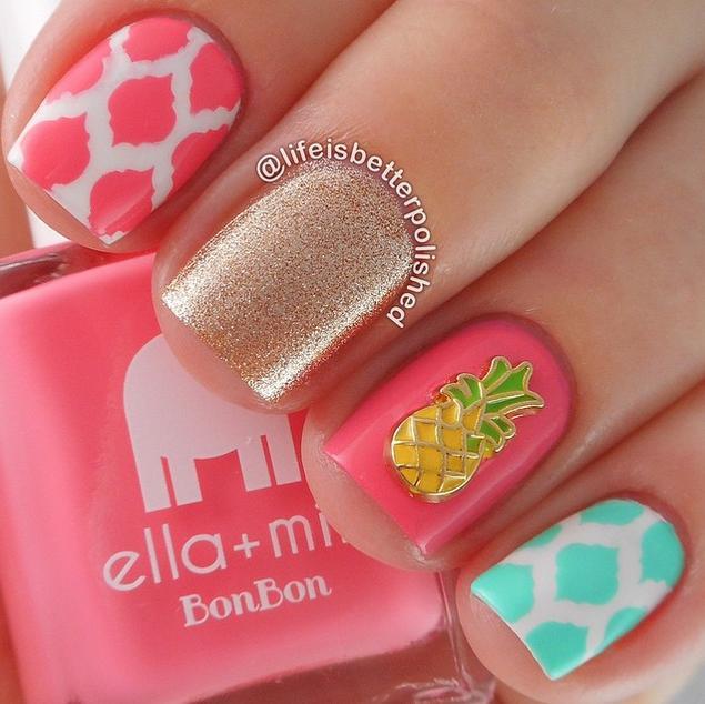 Розовый, белый, бирюзовый, золотистый цвета неплохо сочетаются на укороченных квадратных ногтях. Изображение спелого ананаса дополнит картинку. Для уверенных в себе взрослых дам маникюр вряд ли подойдет.