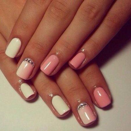 Такой элегантный маникюр подойдет и модным девочкам-подросткам, и взрослым деловым женщинам. Бело-розовые переливы светлых лаков создают романтичный образ, подчеркивают короткую форму ногтей.