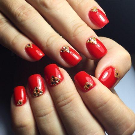 Яркий насыщенный красный цвет, который всегда будет оставаться в моде. Золотистые бусинки и темные стразы добавляют ему богатства и изысканности, а так же является изюминкой данного дизайна.