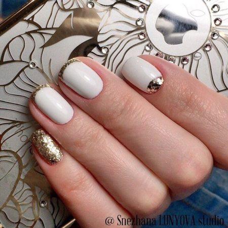 Сияющие переливы гармонично сочетаются с молочной белизной как в дизайне ногтей, так и в оттенке нарядов. С таким рисунком любая модница будет сногсшибательной и очень женственной.