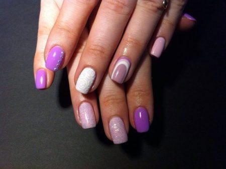 Бело-фиолетовая насыщенная гамма цветов подходит к строгим нарядам, прическам и макияжу, выглядит элегантно и празднично.