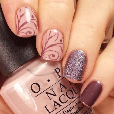 Коллекция лаков для ногтей пастельных оттенков с натуральным шелком передает спокойное настроение его обладательницы.