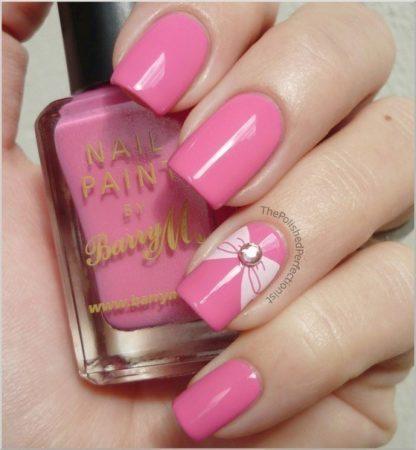 Насыщенный розовый цвет с нежным бантиком на безымянном пальце прекрасно будет сочетаться с разными летними нарядами. Подойдет такой дизайн для ногтей любой длины и формы.