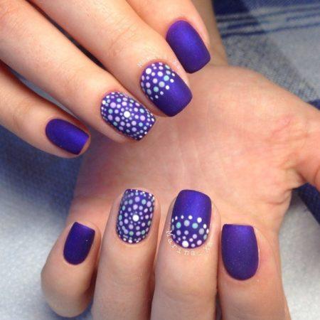 Фиолетовый – символ загадки, тайны и волшебства. Такой маникюр привлекает внимание всех окружающих. Классическая форма ногтей и их универсальный цвет красиво гармонируют между собой.
