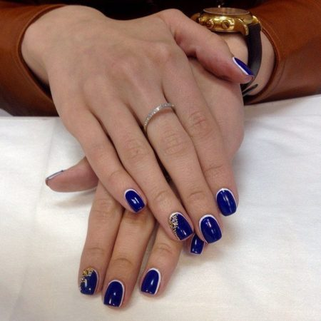 Синий цвет лака идеально подойдет тем девушкам, которые хотят оттенить красоту рук и будет хорошо смотреться на коротких ногтях, а также ногтях средней длины. Особенность маникюра – блестящие роскошные стразы, поблескивающие в уголках ногтей.